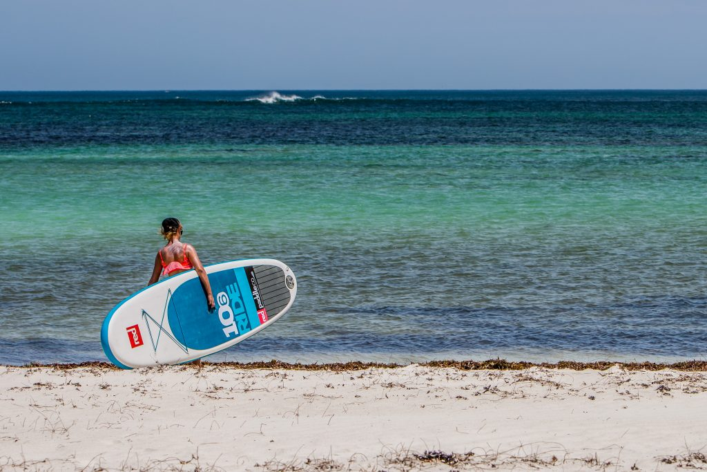 Martina carrying the SUP before the wind arrives