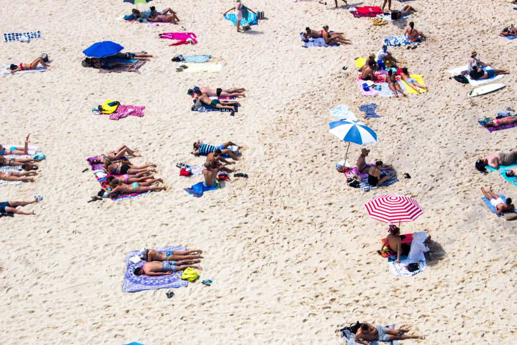 beachgoers-sand-sydney-overview
